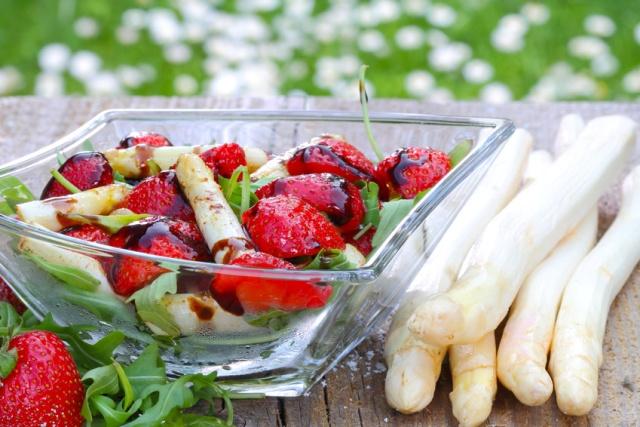 insalata di asparagi, fragole e rucola in ciotola di vetro