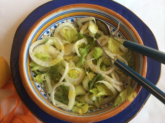 insalata di finocchio e sedano con posate con manico blu