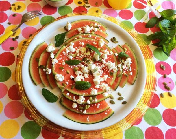 carpaccio di anguria e feta su piatto bianco