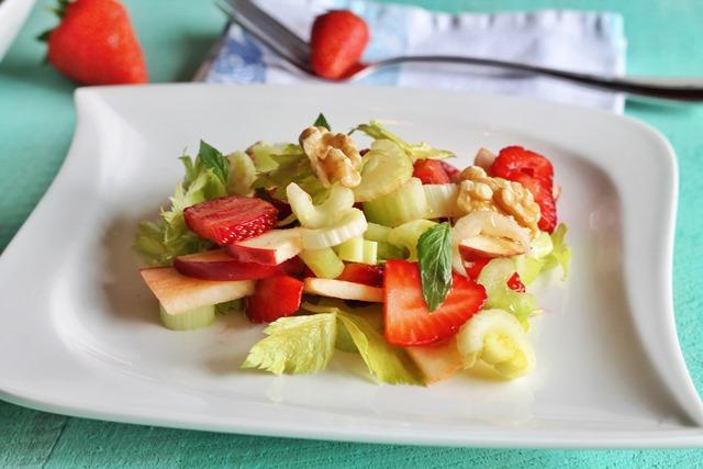 insalata con fragole, sedano e mela su piatto bianco