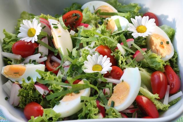 insalata con fiori e uova sode
