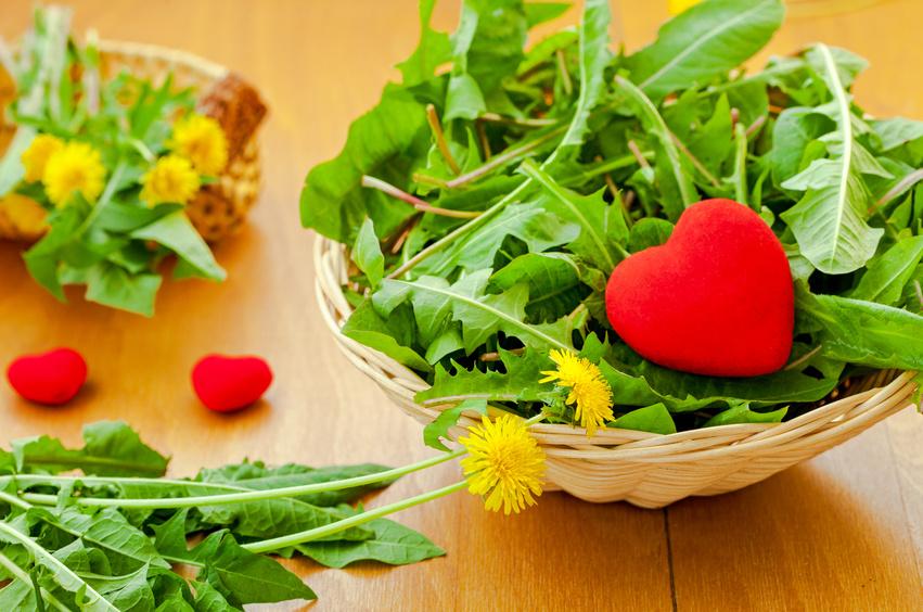 foglie di tarassaco in cestino con cuore rosso