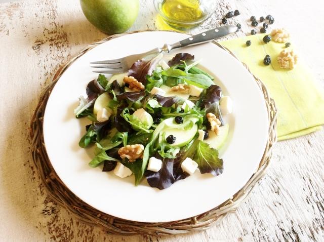 insalata cn mela e mirtilli su piatto bianco