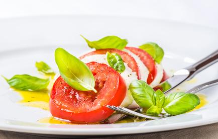 insalata caprese con mozzarella e pomodori