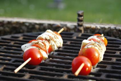 spiedini di insalata caprese su grill