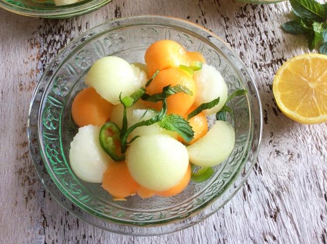 palline di melone bianche e arancioni in coppetta di vetro