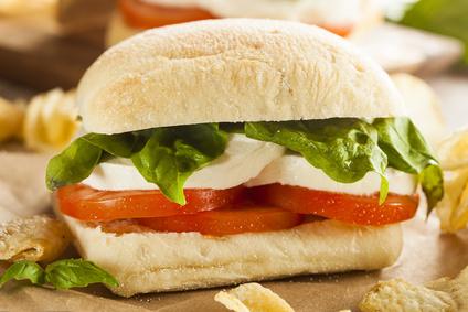 Sandwich con insalata caprese