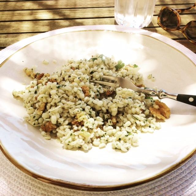 insalata d'orzo su piatto bianco