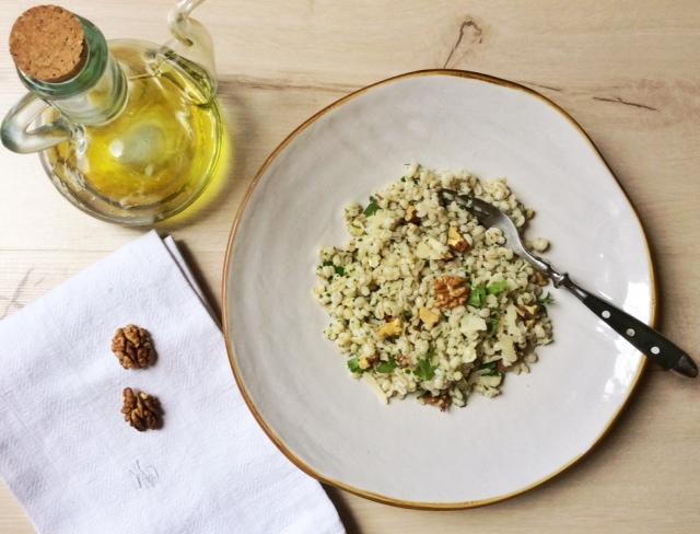 insalata d'orzo su piatto bianco accanto a oliera