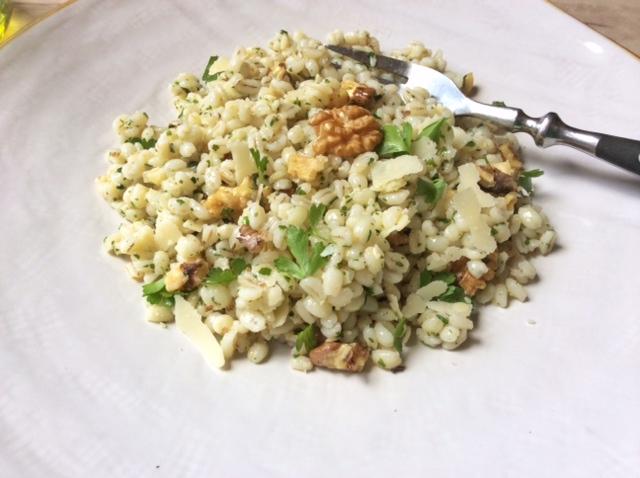 insalata di orzo, noci e parmigiano