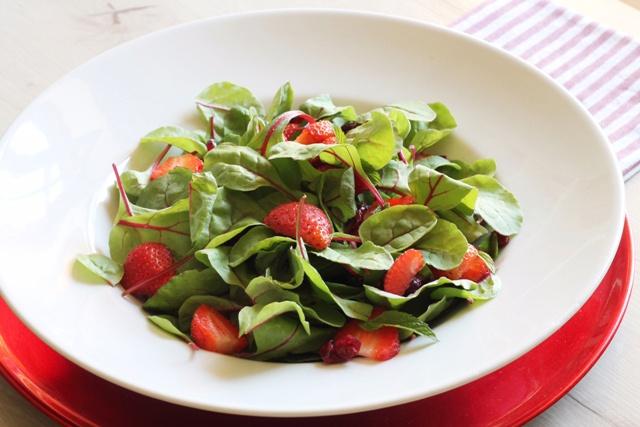insalata con fragole su piatto bianco