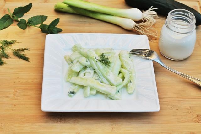 Insalata di cetrioli su piatto bianco