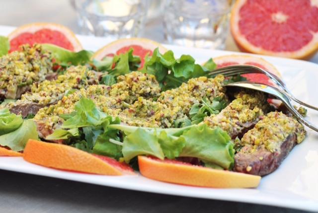 insalata di carne su foglie di lattughino