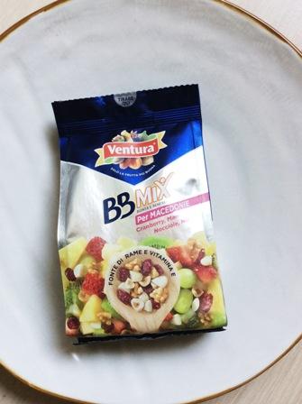 confezione i frutta secca su piatto bianco