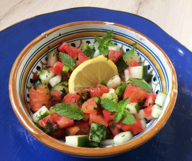 cucina siriana: salata in ciotola di ceramica su piatto blu