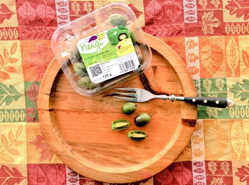 Confezione di mini kiwi su piatto di legno