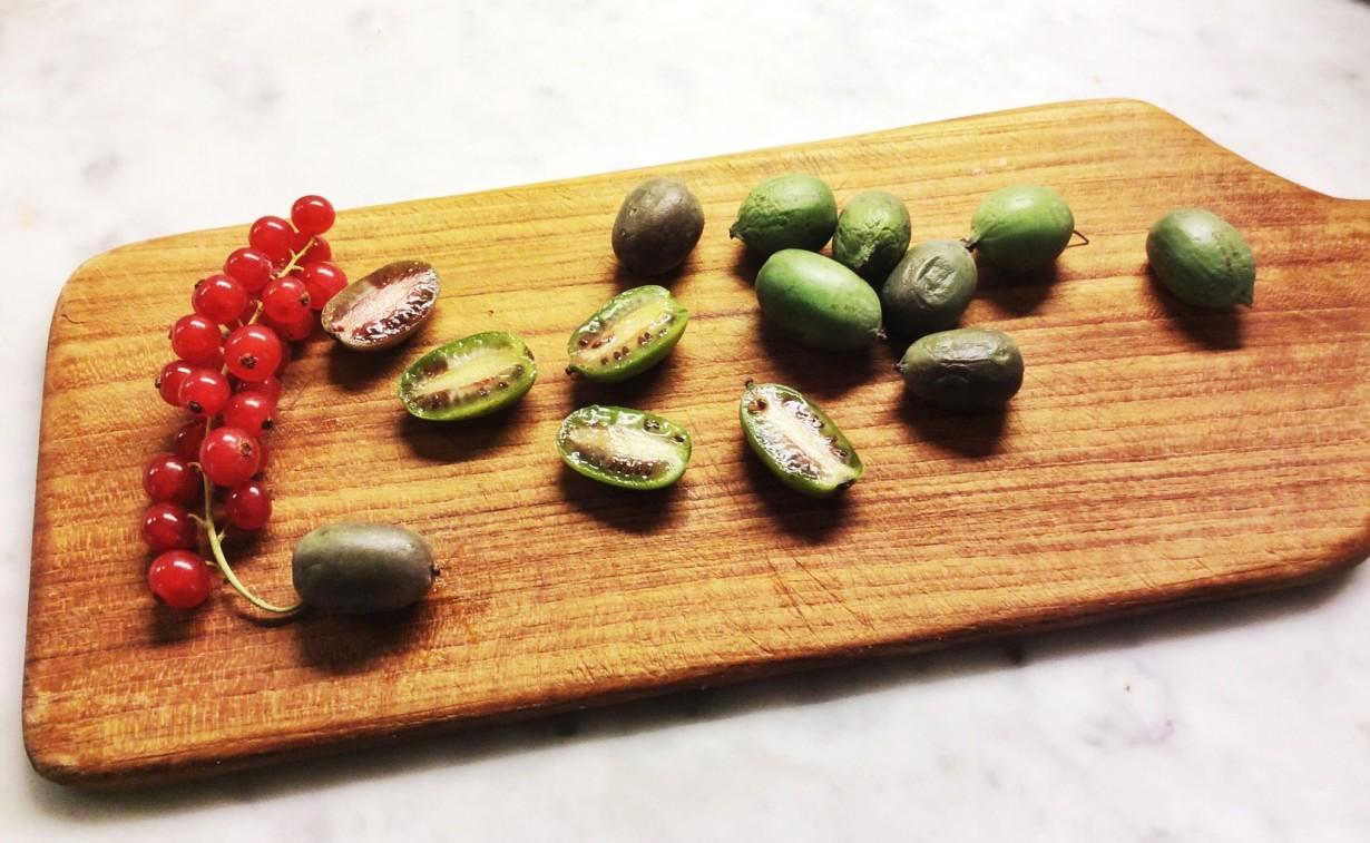 Mini kiwi su tagliere di legno