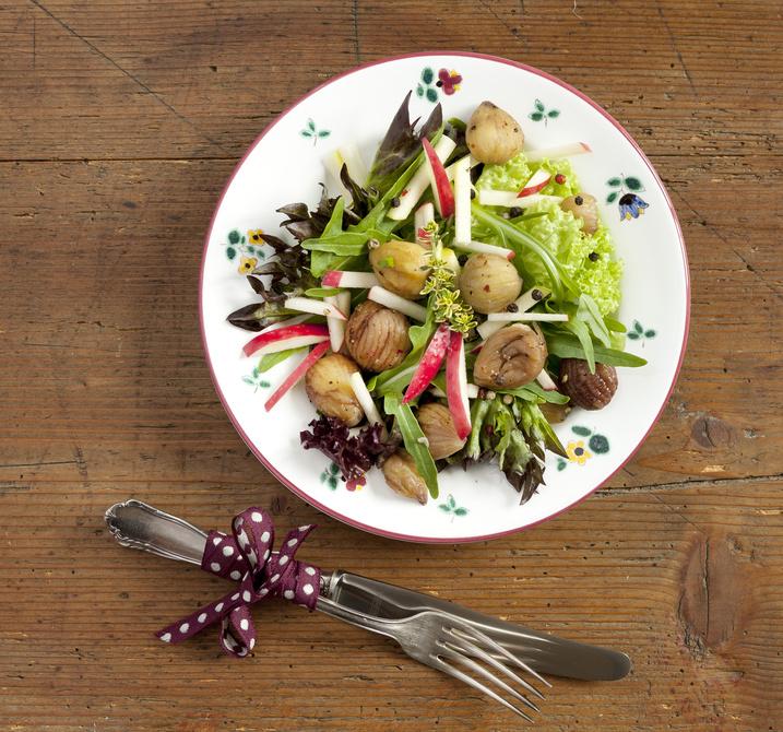Insalata con castagne e mele su piatto a fiori
