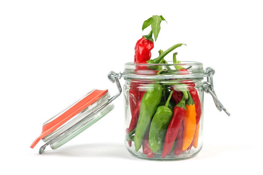 Vaso di vetro contenente peperoncini freschi