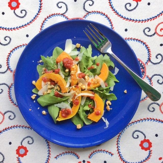 insalata con zucca su piatto blu