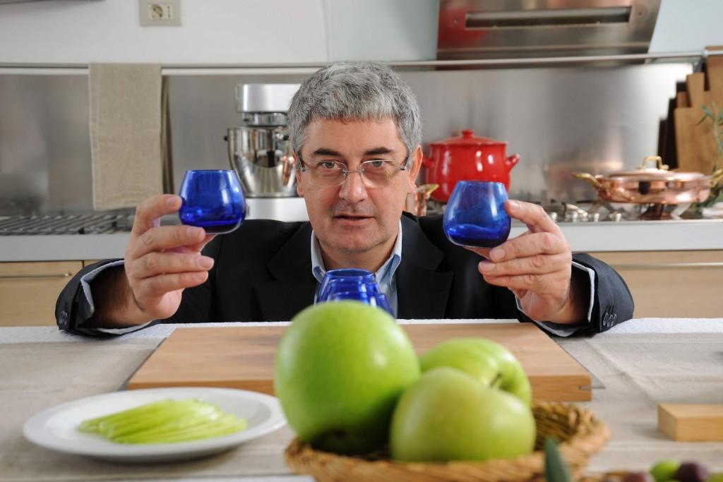 luigi caricato con bicchieri per degustazione olio
