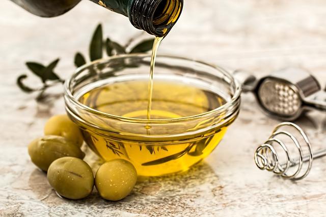 olio d'oliva a filo per preparare condimento