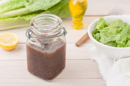 condimento per insalata in un vasetto
