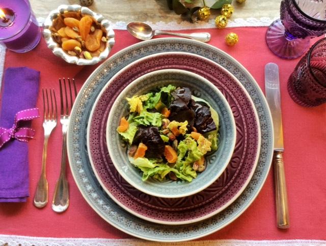 insalata con albicocche secche su tavola natalizia