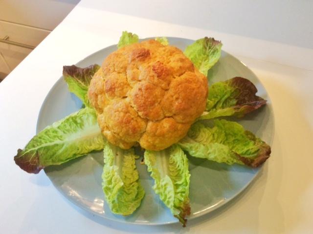cavolfiore intero arrostito, su foglie d'insalata