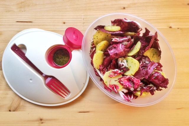 Contenitore con insalata di radicchio e patate