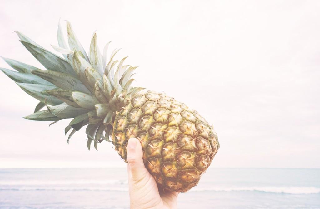 ananas in una mano maschile