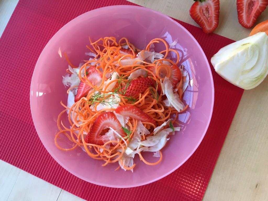 in primavera :fragole, carote e finocchio in insalata
