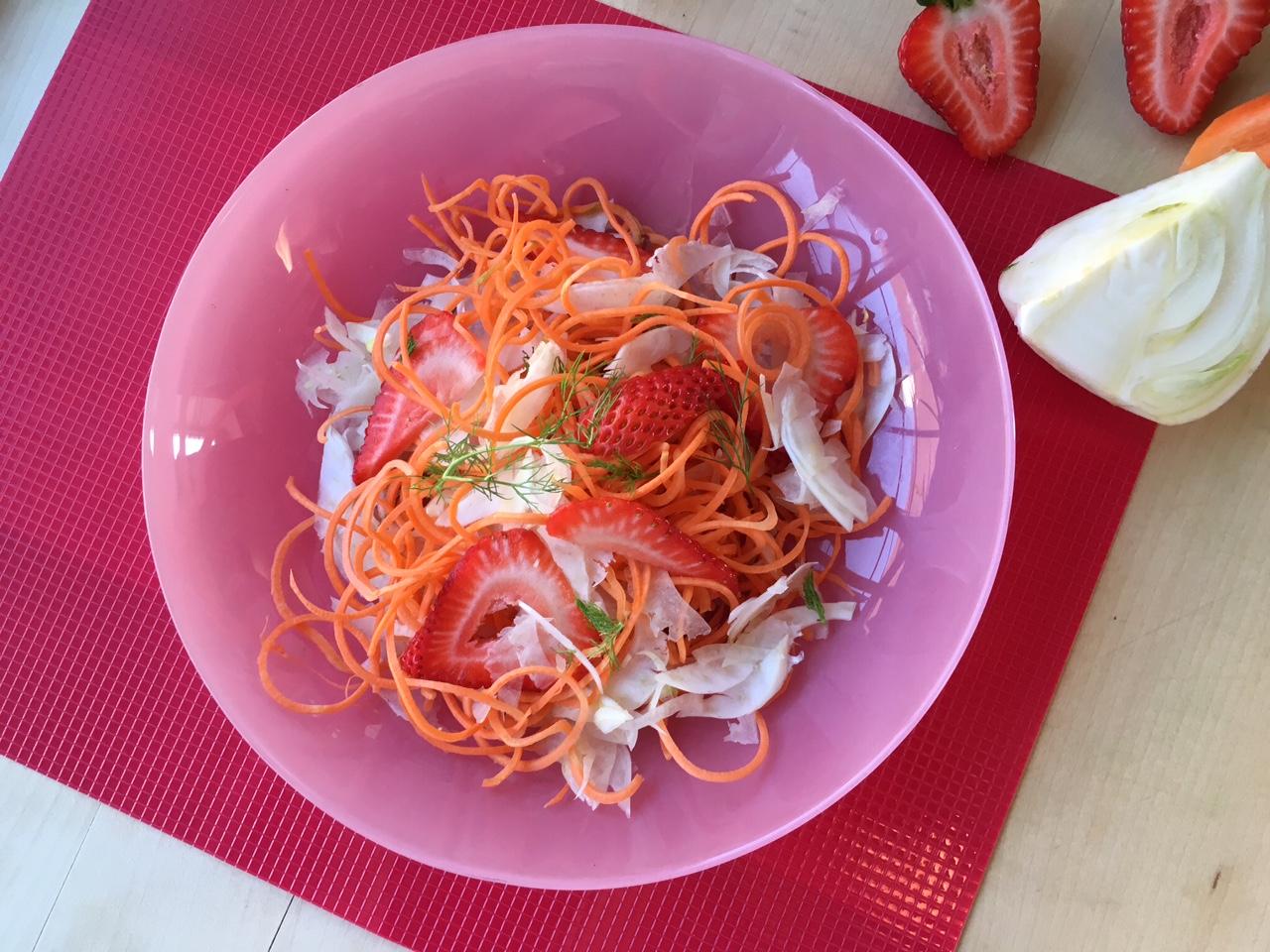 fragole, carote e finocchio in insalata