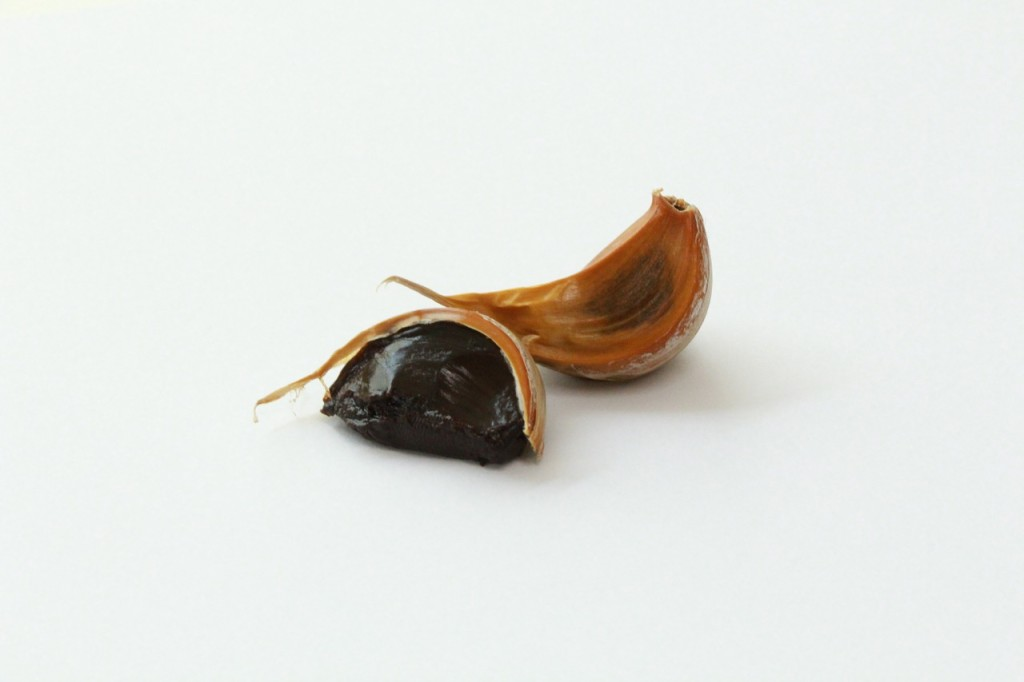 spicchi di aglio nero