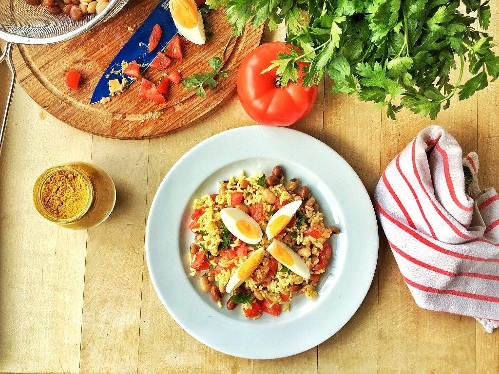 insalata di riso con uova su piatto bianco