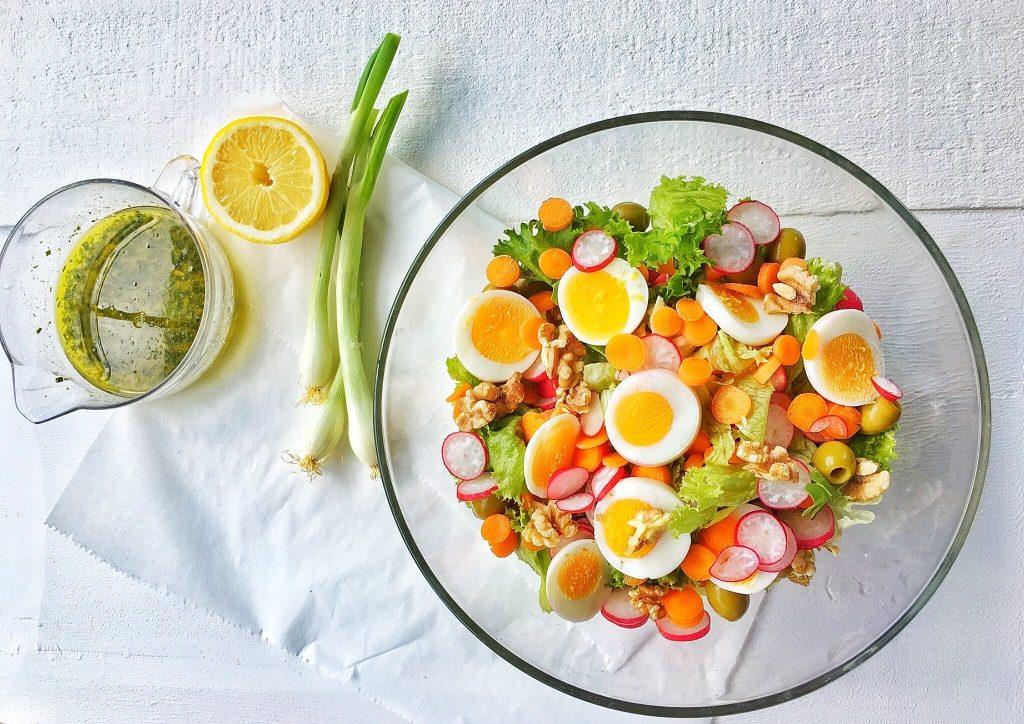 insalata d'estate in ciotola cristallo su sfondo bianco