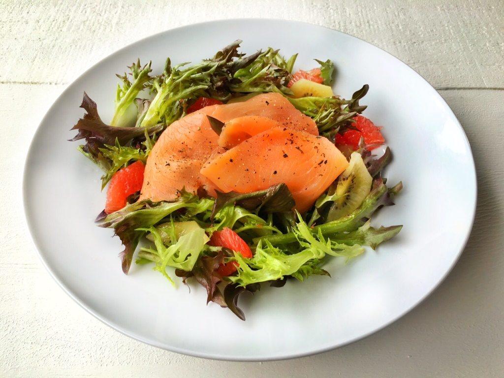 lattuga sweet crisp con salmone su piatto bianco