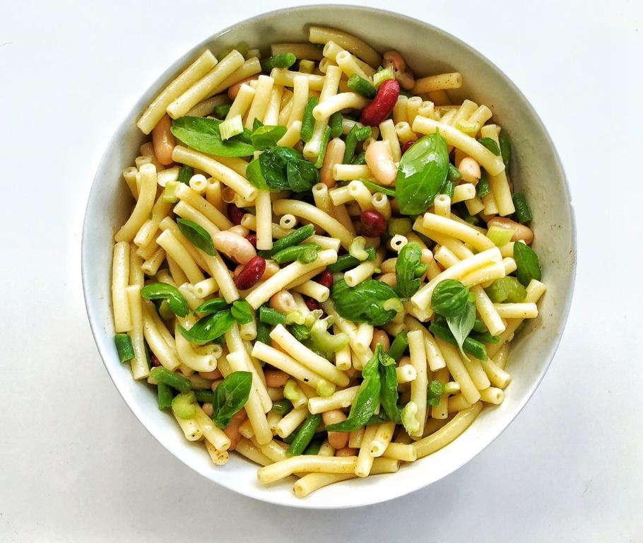 insalata di pasta con fagioli e fagiolini in insalatiera bianca
