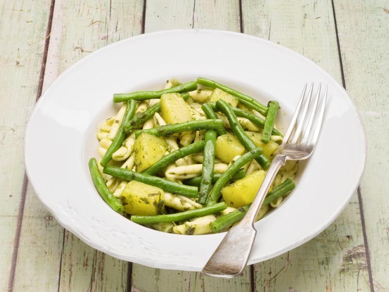 patate e fagiolini con pasta su piatto bianco