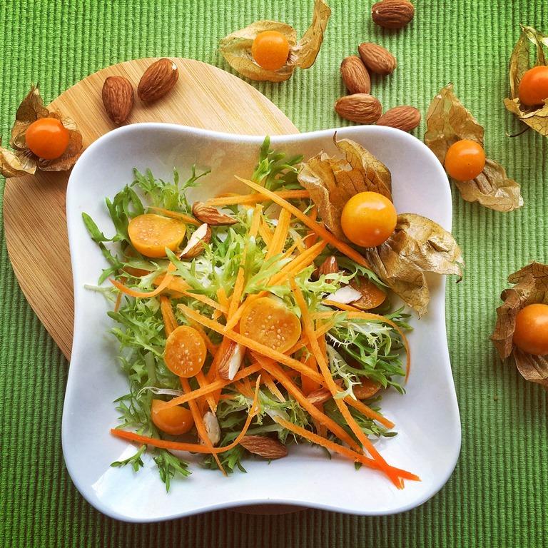 insalata con alchechengi in ciotola bianca
