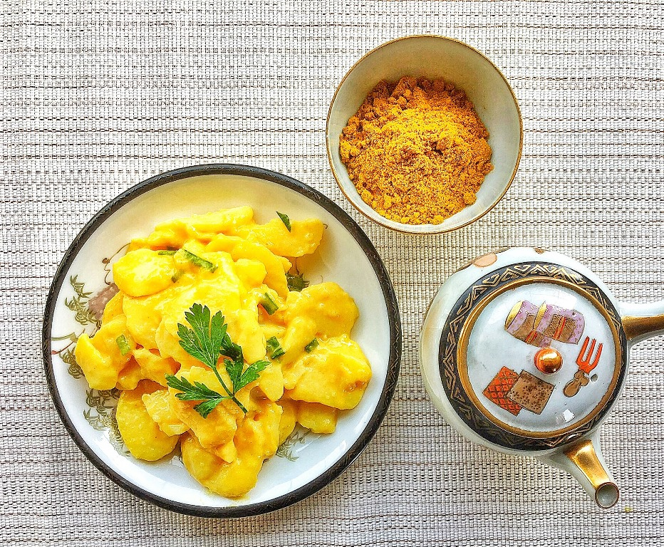 insalata di patate al curry accanto a ciotolina con curry