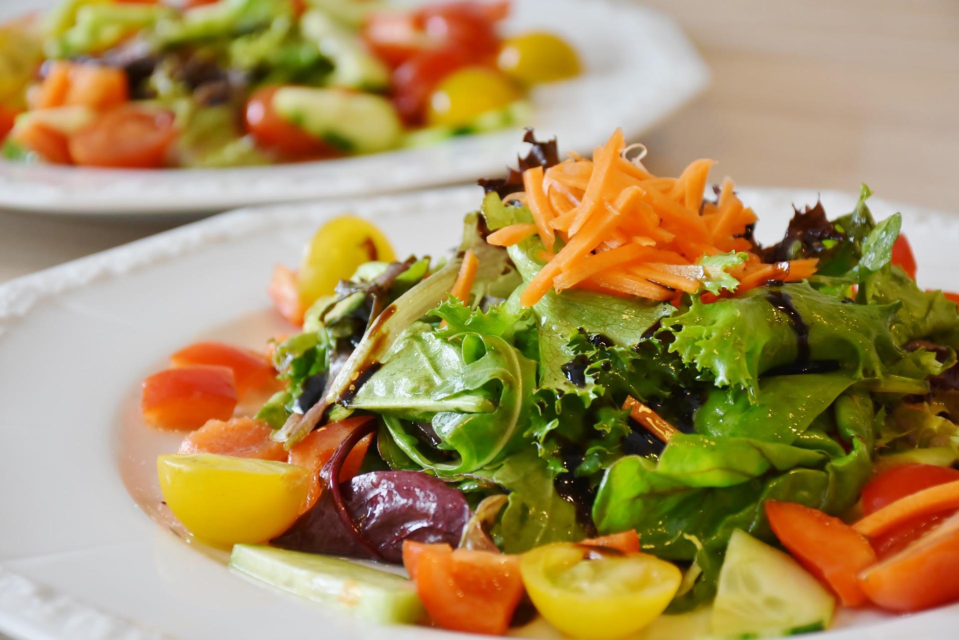 insalata per contrastare il colesterolo su piatto bianco