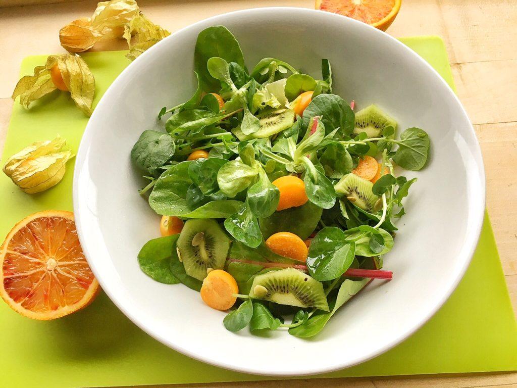 alchechengi, bacche in insalata in ciotola bianca