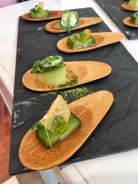 insalate vegetariane cool su piattini di legno
