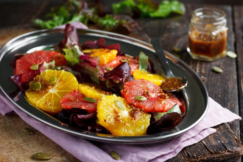 arance bionde e rosse in insalata con lattuga rossa