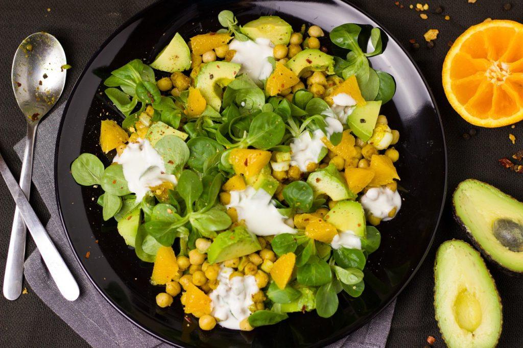 arance in insalata con songino, avocado e ceci
