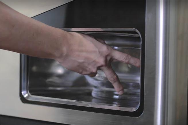 ritiro dell'insalata preparata dal robot sally