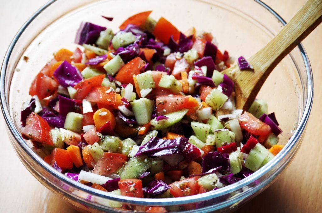 insalata senza lattuga in ciotola di vetro