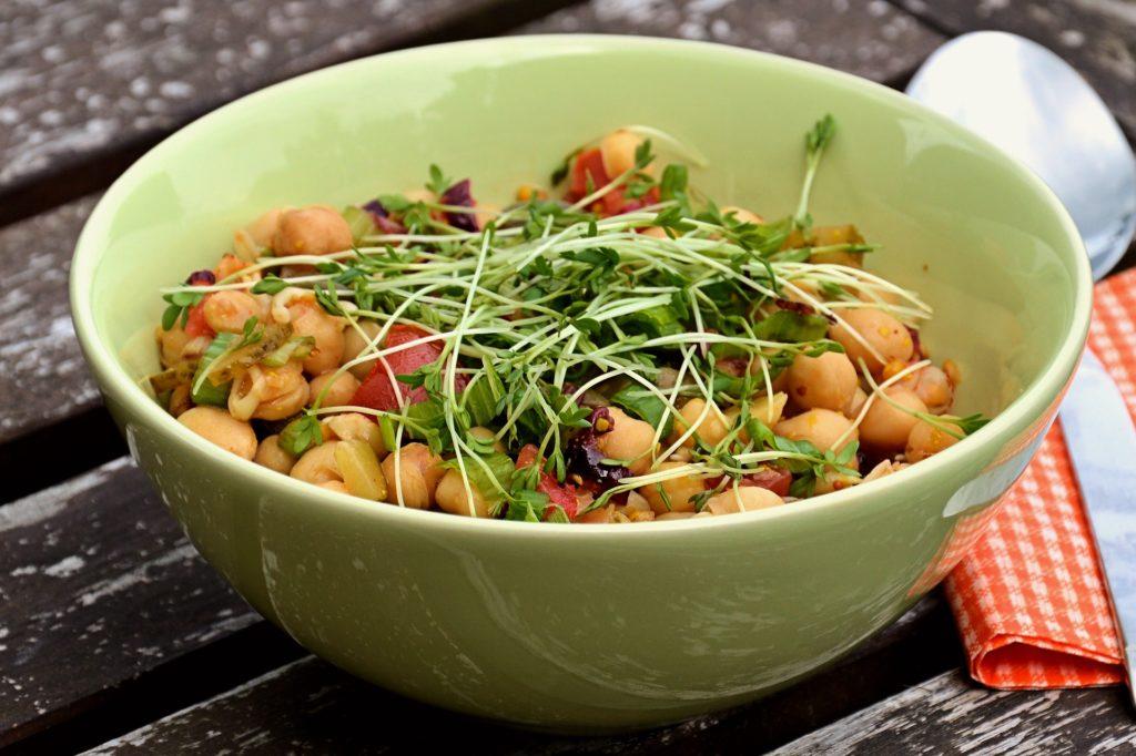 insalata senza lattuga in ciotola verde
