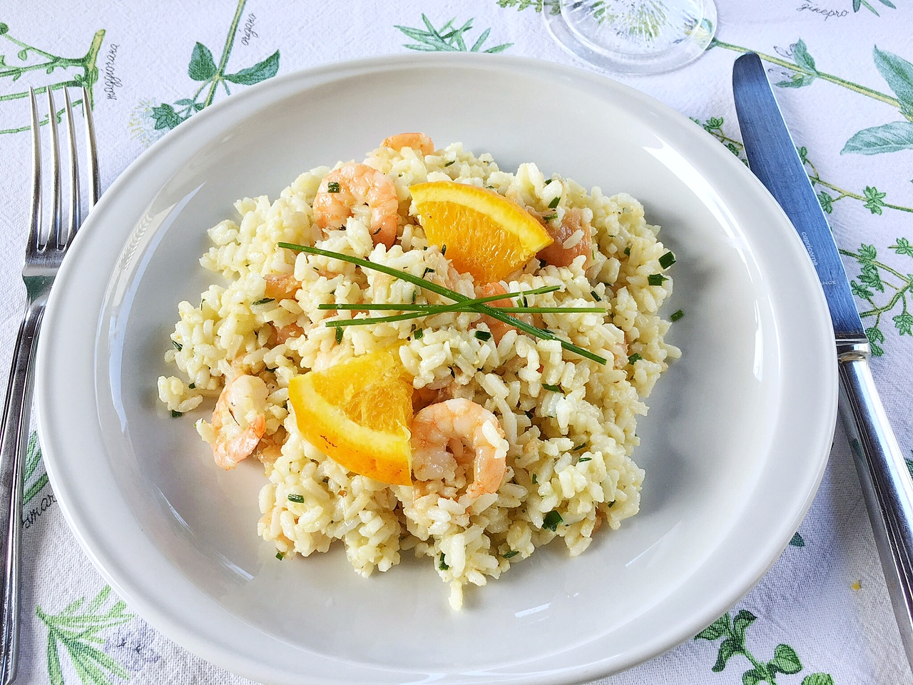 da provare, insalata di riso agli agrumi in piatto bianco